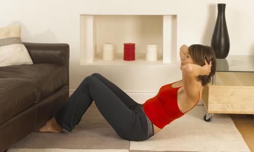 mulher-fazendo-abdominal-em-casa-exercicio